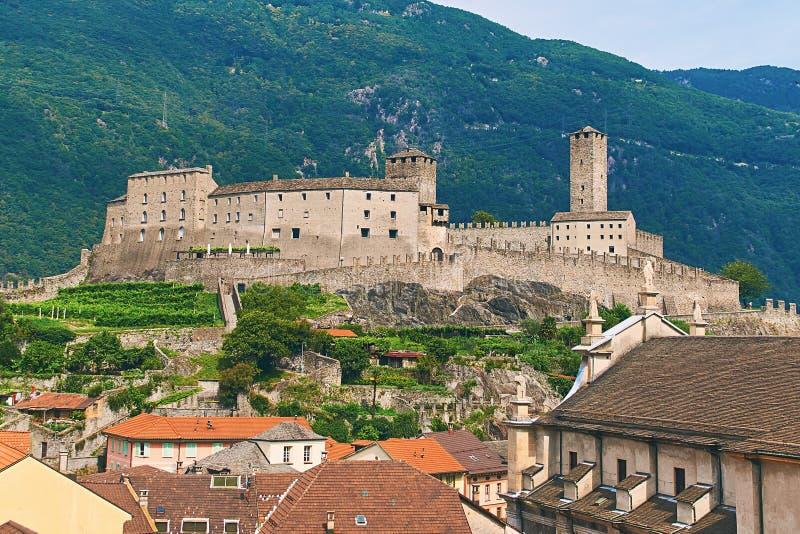 Mening van mooie stad van Bellinzona in Zwitserland met Castelgrande-kasteel van Montebello stock afbeeldingen