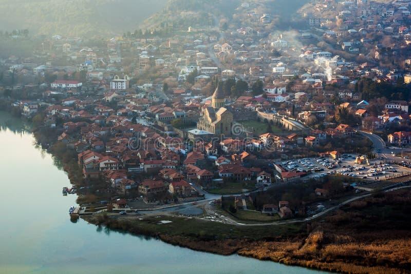 Mening van Mtskheta en Svetitskhoveli van Jvari-kerk georgië stock foto's