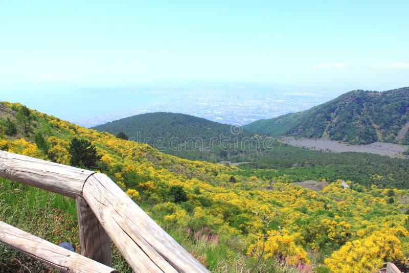 Mening van Napels van de hoogte van de krater van de vulkaan de Vesuvius stock foto's