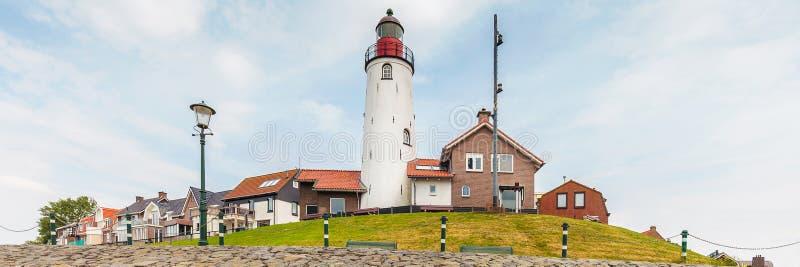 Mening van Nederlandse IJsselmeer bij het historische kleine dorp van stock afbeelding