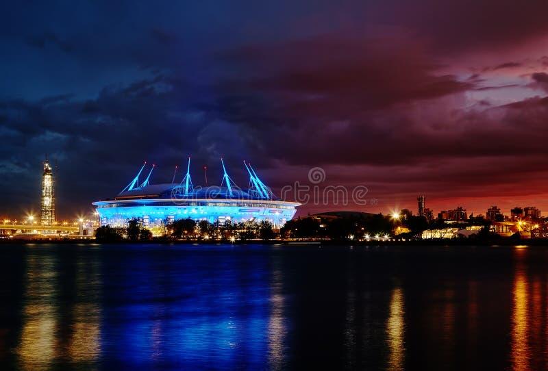 Mening van Neva Bay en de zenit-Arena bij nacht, Heilige Petersburg royalty-vrije stock afbeelding