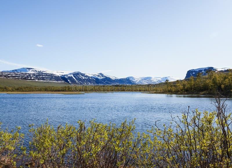 Mening van Nikkaloukta naar de hoogste bergketen van Zweden ` s met Kebnekaise als hoogste piek stock foto's