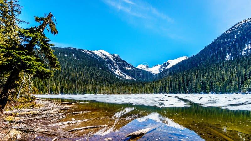 Mening van nog gedeeltelijk bevroren Lager Joffre Lake in de Kustbergketen royalty-vrije stock afbeelding