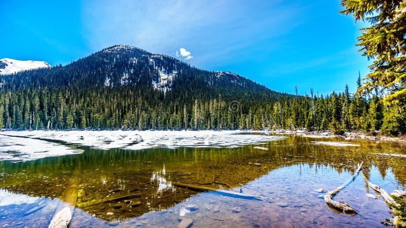 Mening van nog gedeeltelijk bevroren Lager Joffre Lake in de Kustbergketen stock foto's