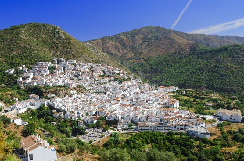 Mening van Ojen - typische witte stad in Andalusia, zuidelijk Spanje, provincie Malaga stock foto's