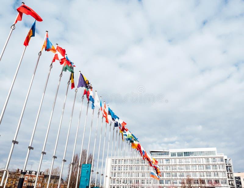 Mening van onderaan van Al Europese Unie de vlaggen helft-mast van landen stock afbeeldingen