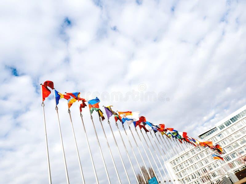 Mening van onderaan van Al Europese Unie de vlaggen helft-mast van landen royalty-vrije stock fotografie