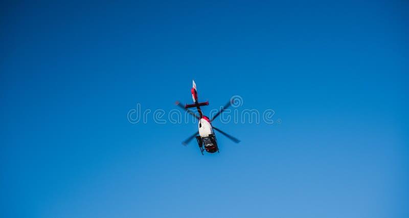 Mening van onderaan van reddingshelikopter DRF die Luftrettung in c vliegen royalty-vrije stock fotografie