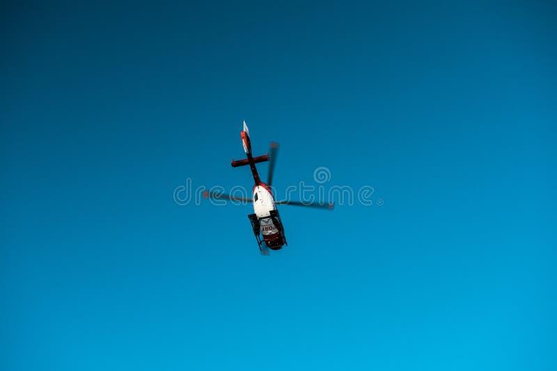 Mening van onderaan van reddingshelikopter DRF die Luftrettung in c vliegen stock foto