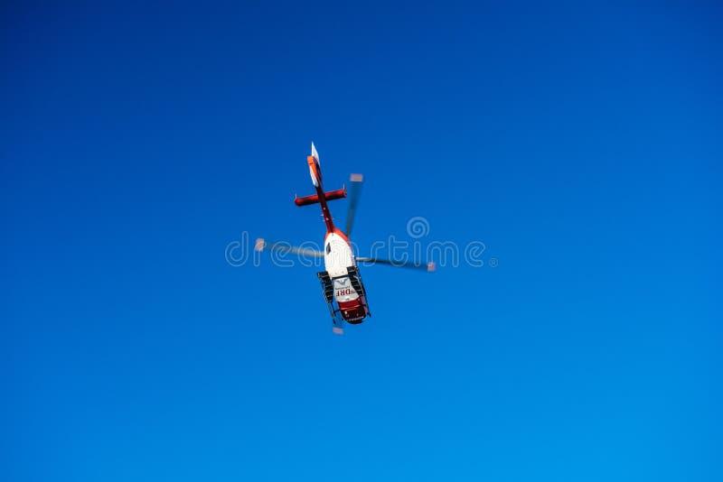 Mening van onderaan van reddingshelikopter DRF die Luftrettung in c vliegen stock afbeeldingen