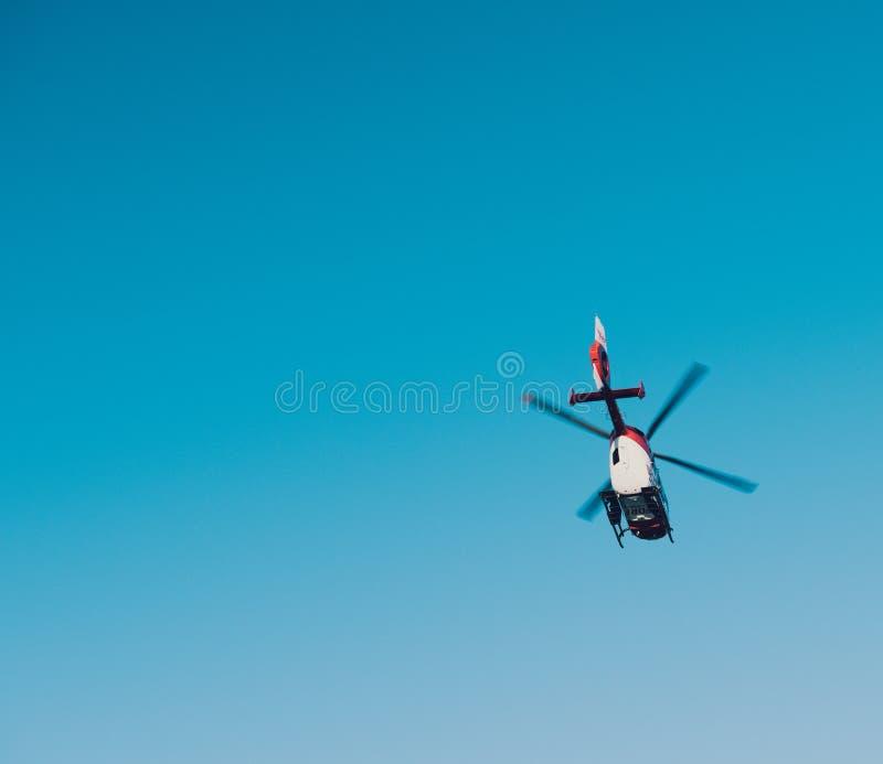 Mening van onderaan van reddingshelikopter DRF die Luftrettung in c vliegen royalty-vrije stock afbeelding