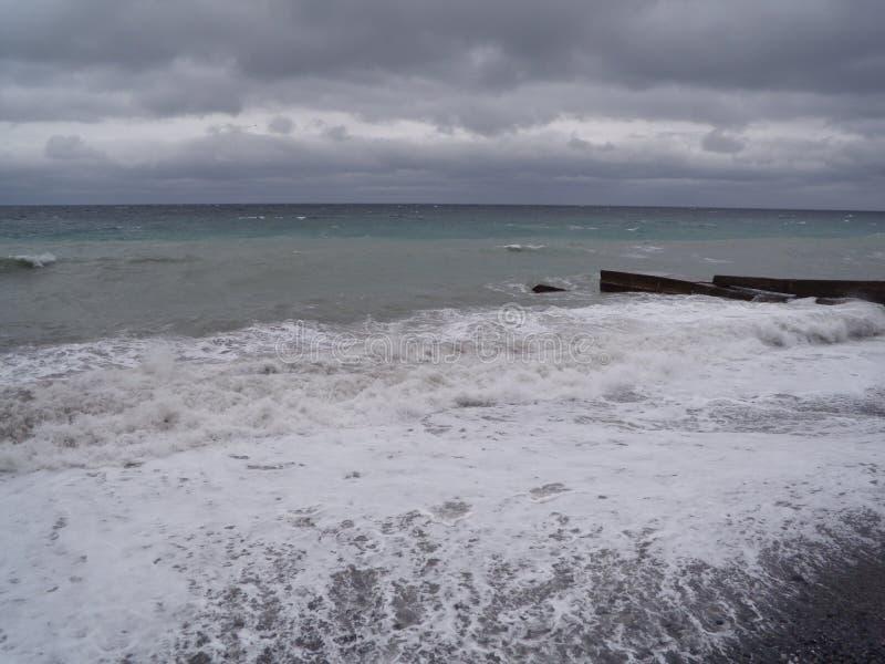 Mening van onweerszeegezicht Donkere humeurige hemel over het grijze overzees Golven en donkere wolken in stormachtige dag stock fotografie