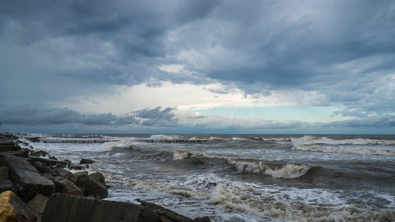 Mening van onweerszeegezicht met donkere wolken stock afbeelding
