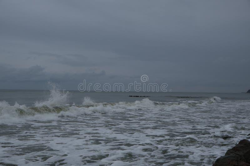 Mening van onweerszeegezicht Overzeese golf tijdens onweer in Oostzee stock foto