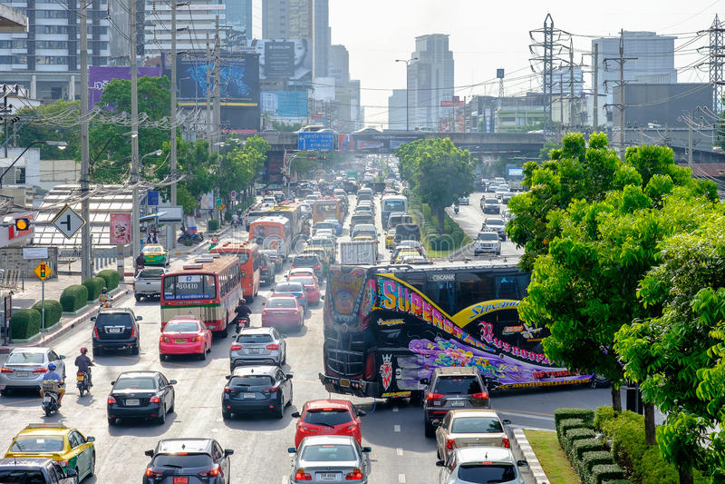 Mening van Opstopping bij nacht in Rama IV Weg, Klong distric Toey stock foto's