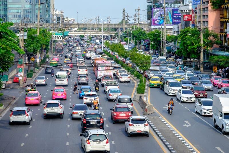 Mening van Opstopping bij nacht in Rama IV Weg, Klong distric Toey royalty-vrije stock afbeeldingen