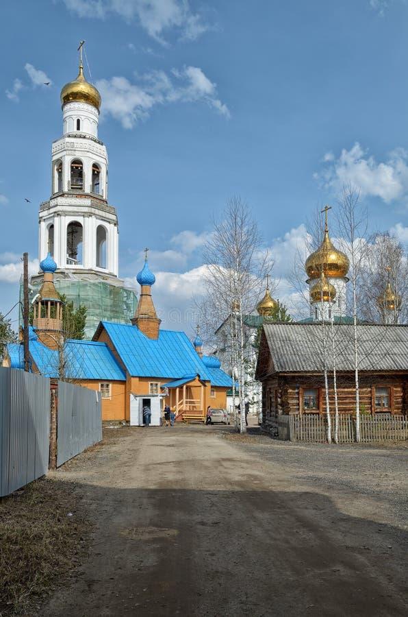 Mening van Orthodox klooster met Gouden koepels van kerken royalty-vrije stock foto