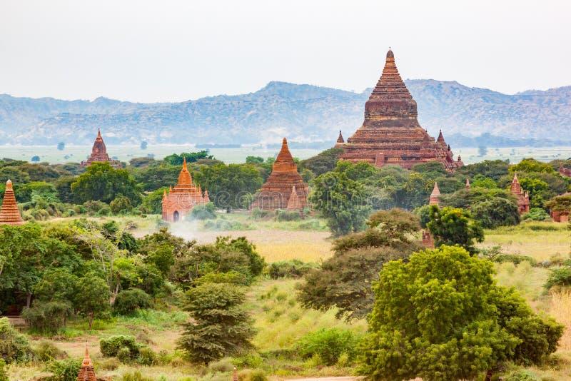 Mening van oude boeddhistische tempel en pagode in de Vlakte van Bagan stock foto's