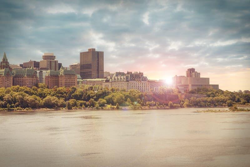 Mening van oude gebouwen van de overkant van de Rivier van Ottawa stock foto