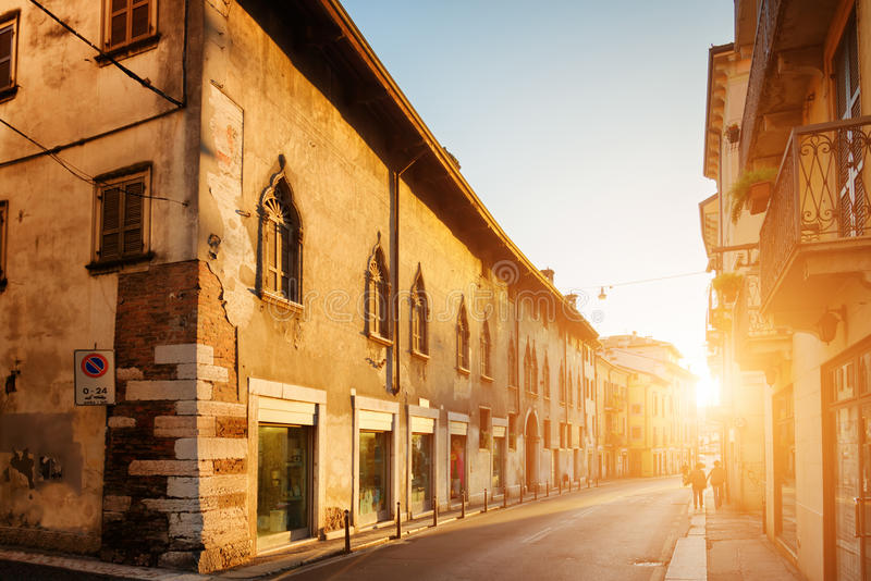 Mening van oude straat op historisch centrum van Verona (Italië) bij dageraad stock afbeelding