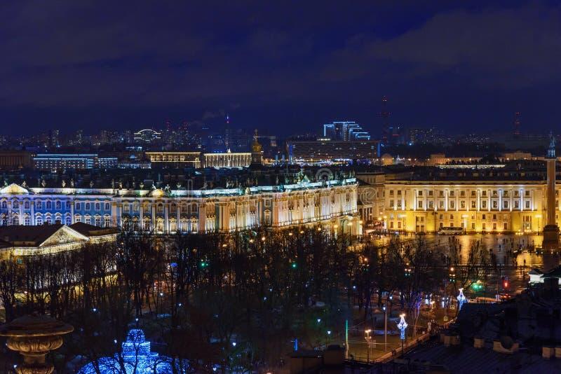 Mening van Paleisvierkant en de Winterpaleis van de colonnade van St Isaac ` s Kathedraal Heilige Petersburg Rusland stock afbeeldingen