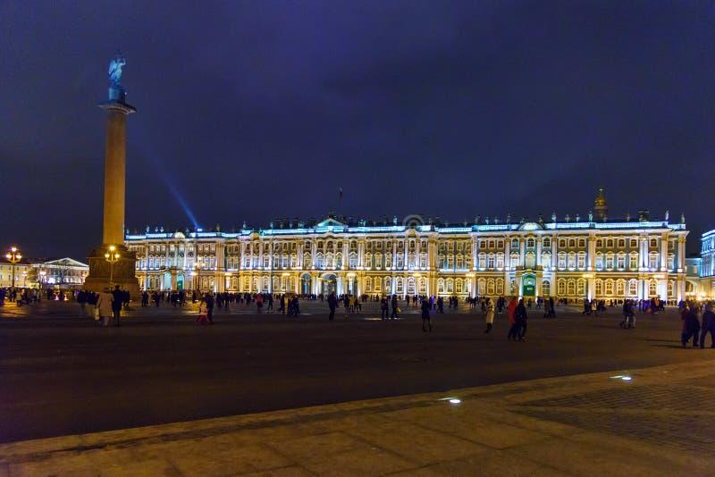 Mening van Paleisvierkant met Alexander Column en de Winterpaleis bij nacht Heilige Petersburg Rusland stock afbeeldingen