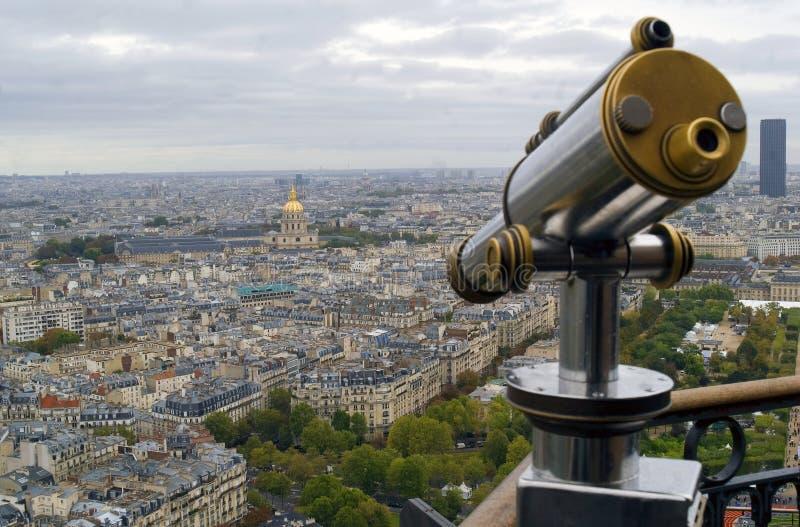 Mening van Parijs en telescoop stock afbeelding