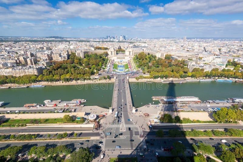 Mening van Parijs met de schaduw van de Toren van Eiffel stock afbeelding