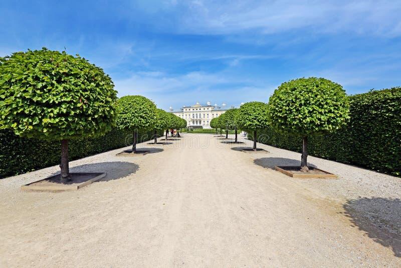 Mening van park aan het Rundale-paleis royalty-vrije stock afbeelding