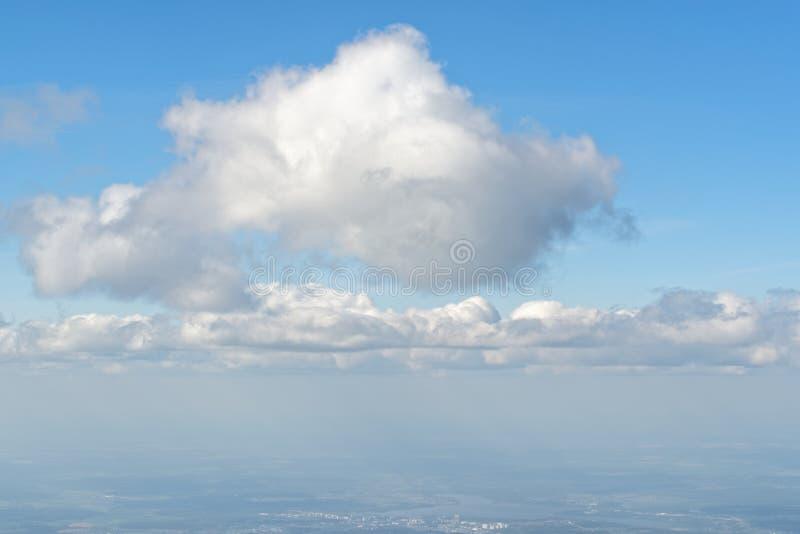 Mening van patrijspoort, vliegtuigvenster aan mooie bewolkte hemel - cloudscape royalty-vrije stock afbeelding