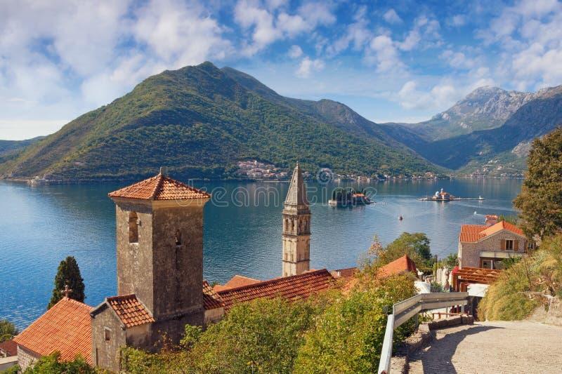 Mening van Perast-stad en eilanden van St George en Onze Dame van de Rotsen Baai van Kotor, Montenegro stock foto's