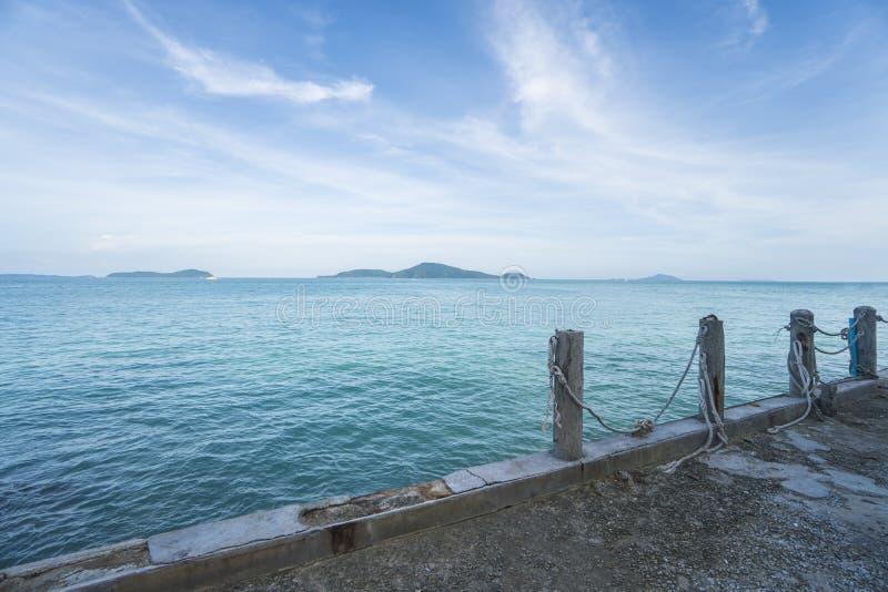 Mening van pijler op een mooie kristaloverzees, blauwe hemel met wolken en groene eilanden royalty-vrije stock afbeelding