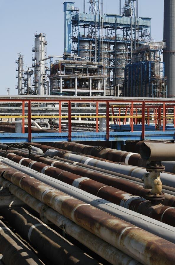 Mening van pijpen van de olie de petrochemische raffinaderij stock afbeelding