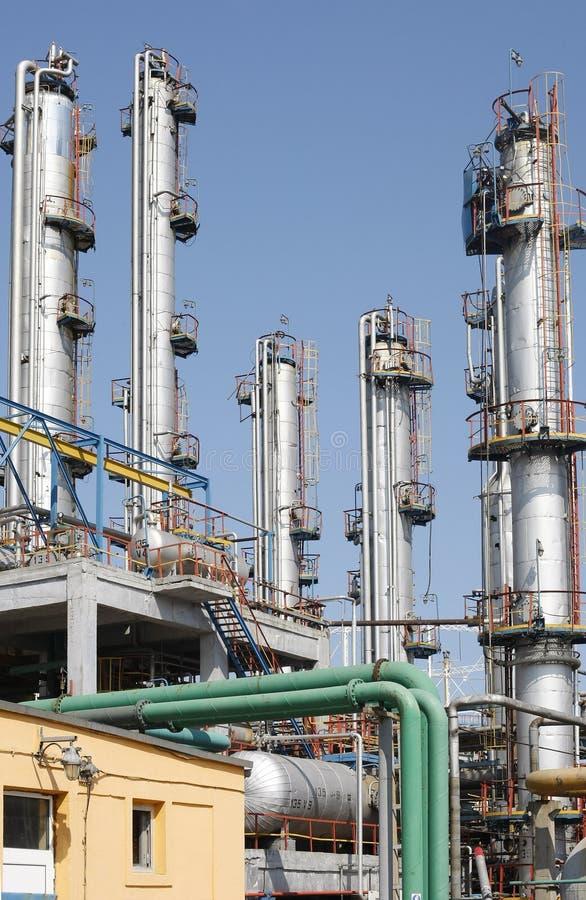 Mening van pijpen van de olie de petrochemische raffinaderij stock foto