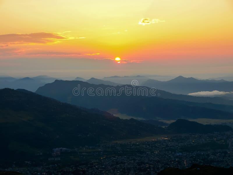 Mening van Pokhara-Vallei van heuvel Sarangkot tijdens zonsopgang, Nepal royalty-vrije stock foto's