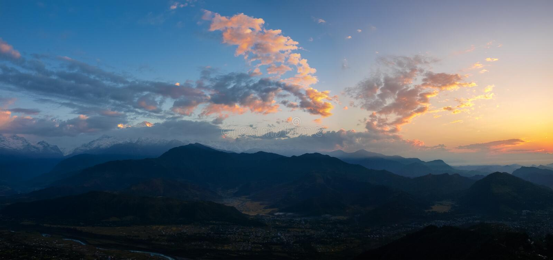 Mening van Pokhara-Vallei van heuvel Sarangkot vóór zonsopgang, Nepal royalty-vrije stock fotografie