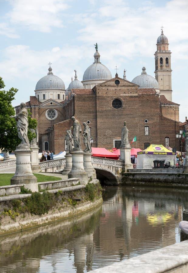 mening van Prato-della Valle en Basiliek van Santa Giustina De abdij werd opgericht in de vijfde eeuw op het graf van heilige Jus royalty-vrije stock foto's