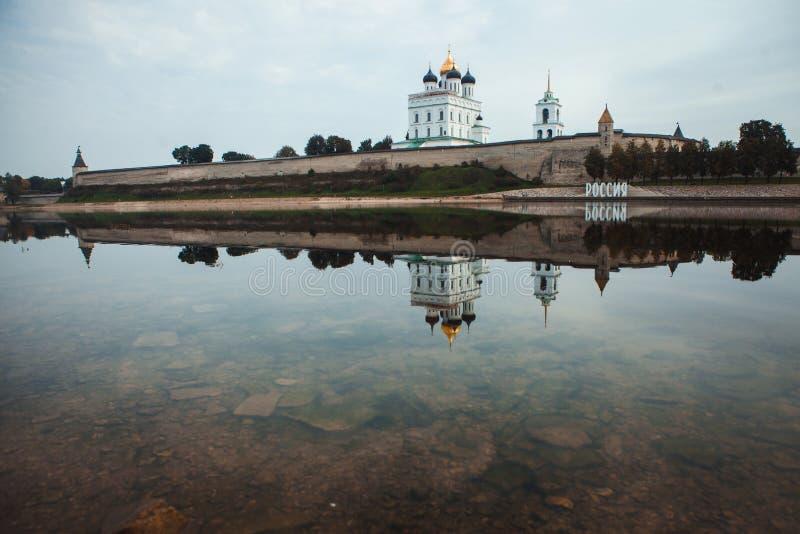 Mening van Pskov het Kremlin van Velikaya-Rivier royalty-vrije stock afbeeldingen