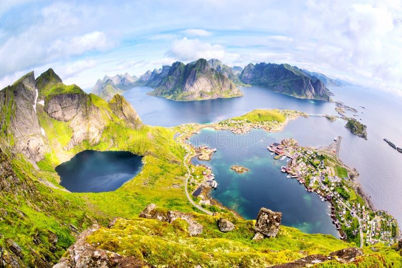 Mening van Reinebringen bij Lofoten-Eilanden royalty-vrije stock afbeeldingen