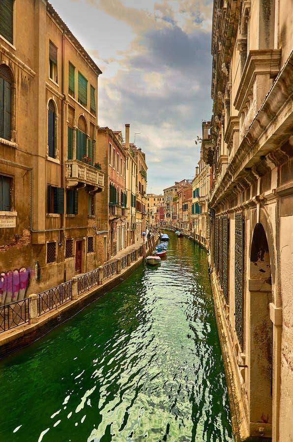 Mening van Rio Marin Canal met boten en gondels van Ponte DE La Bergami in Venetië, Italië Venetië is populair royalty-vrije stock afbeeldingen