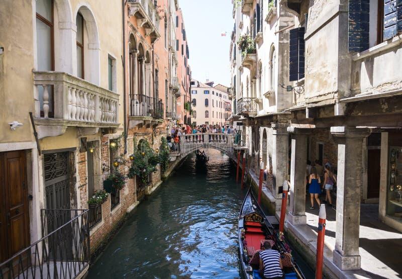 Mening van Rio Marin Canal met boten en gondels van Ponte DE La Bergami in Venetië, Italië Venetië is populair royalty-vrije stock foto
