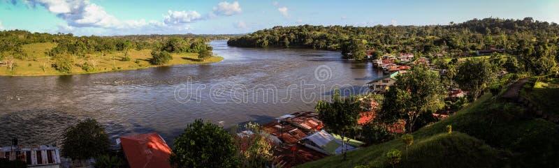 Mening van Rio San Juan, van de oude Spaanse Vesting, Dorp van El Castillo, Rio San Juan, Nicaragua stock foto's