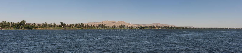 Mening van rivier Nijl in Egypte die Luxor Cisjordanië tonen stock foto