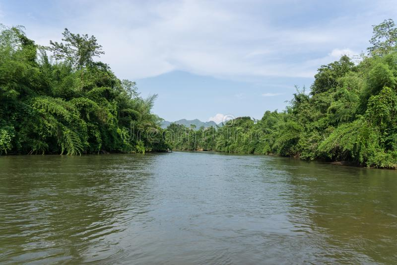 Mening van rivierkwai in Kanchanaburi Thailand stock afbeelding