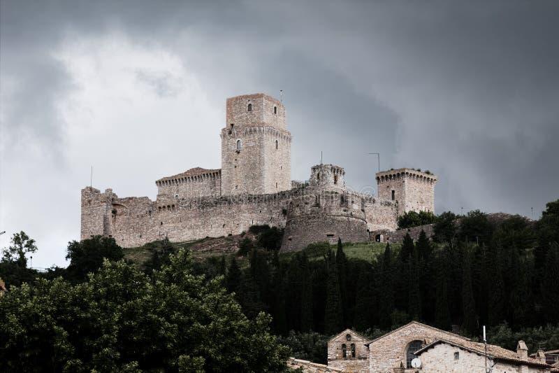 Mening van Rocca Maggiore van Assisi met achtergrond van inkomend onweer royalty-vrije stock afbeelding