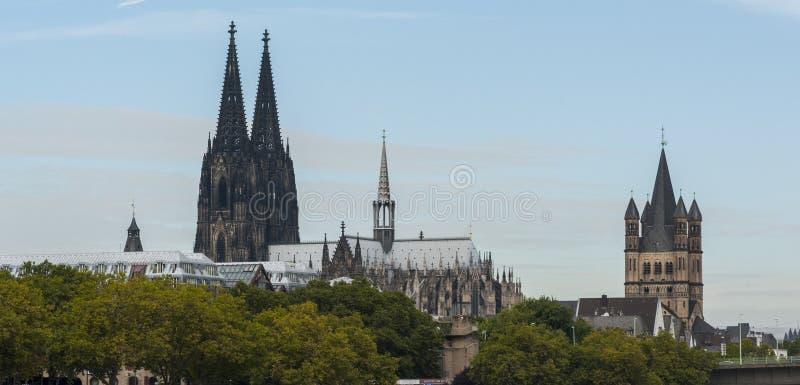 Mening van Roman Catholic Gothic Cathedral Kolner-Dom en de Romaanse Katholieke kerk ` Brutosankt Martin ` stock afbeeldingen