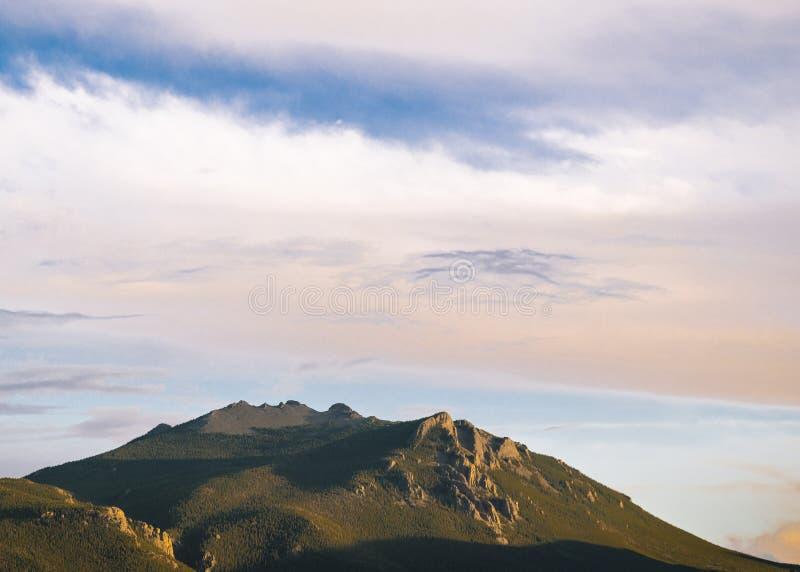 Mening van rotsachtige bergpieken bij zonsondergang stock foto