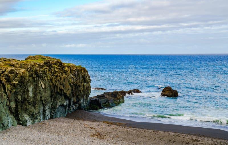 Mening van rotsen in de Zwarte Strand en Noord-Atlantische Oceaan royalty-vrije stock fotografie
