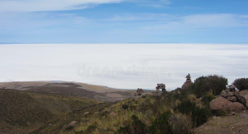 Mening van Salar de Uyuni van de manier aan Volcano Tunupa stock afbeelding