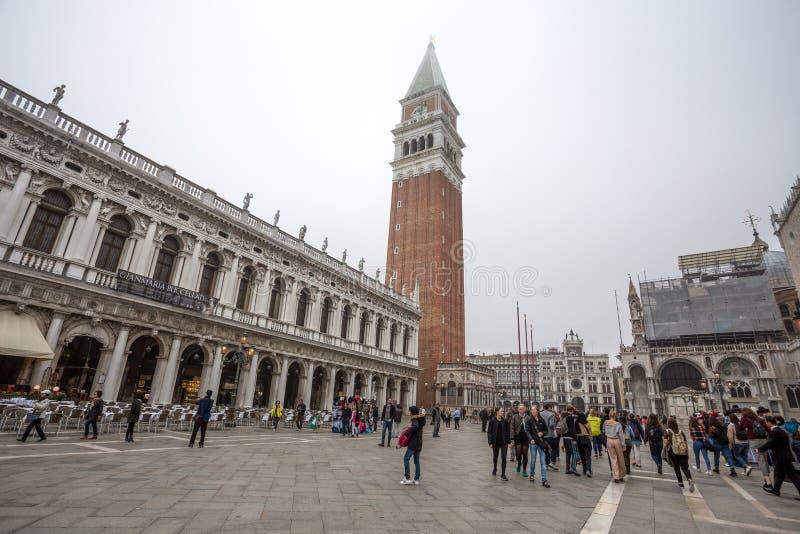 Mening van San Marco Square met Basiliek van San Marco en de klokketoren, Venetië Venezia, Italië stock foto's